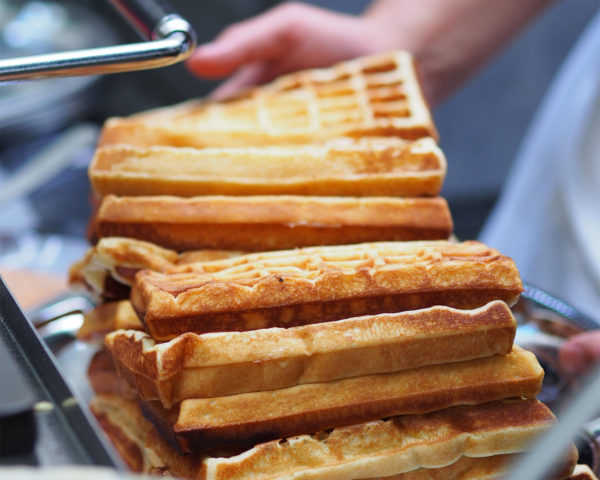 animation gaufres à déguster avec sucre glace, beurre, confiture, Nutella, chantilly, fruits frais, éclats de pistache.