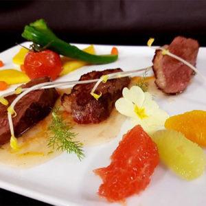 Filet de canard aux agrumes, gratin de pommes de terre et tomates grappe confites à l'huile d'olive