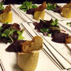 Foie gras de canard mi-cuit en biseau et croquant de pain aux fruits secs
