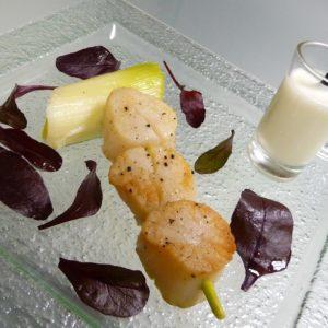 Saint-Jacques mi-cuites sur bâton de citronnelle et velouté de chou-fleur