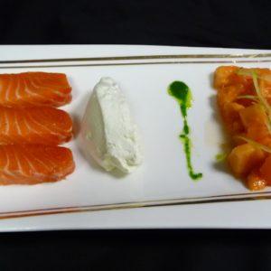 Triptyque de saumon mariné, fraîcheur de tomate et papaye, chantilly de wasabi