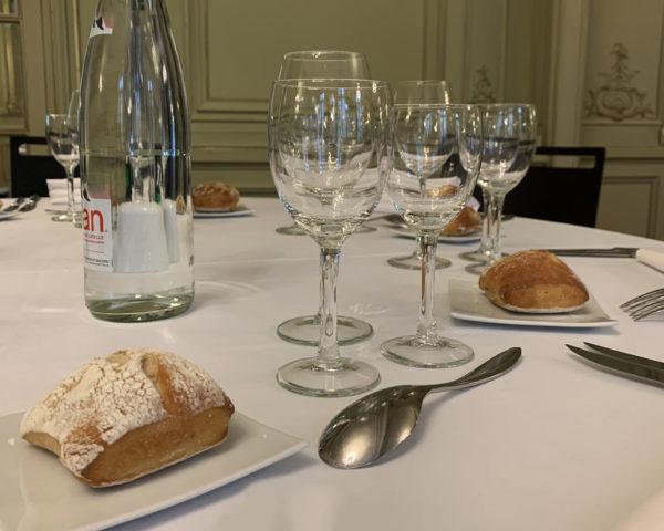 verres sur table repas assis