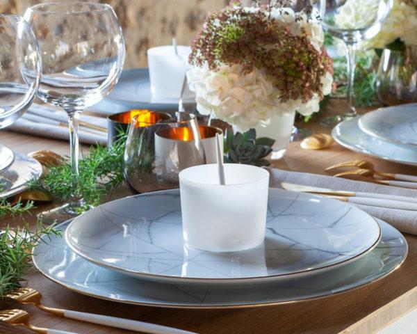assiette marbre sur table