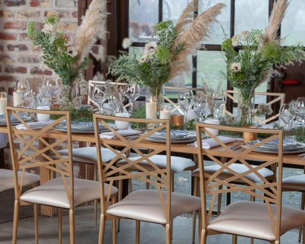 Chaise crème avec table