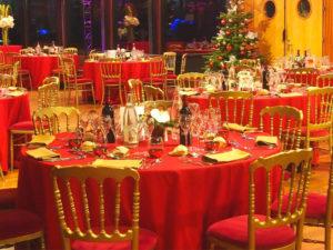 repas assis rouge et doré
