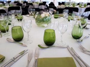 repas assis verres et serviettes verts
